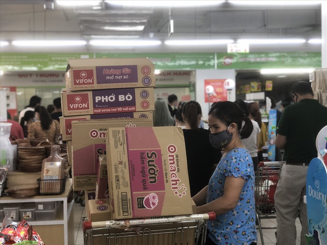 Siêu thị lại đông, Hà Nội khẳng định đủ hàng, người dân không cần dự trữ - 1