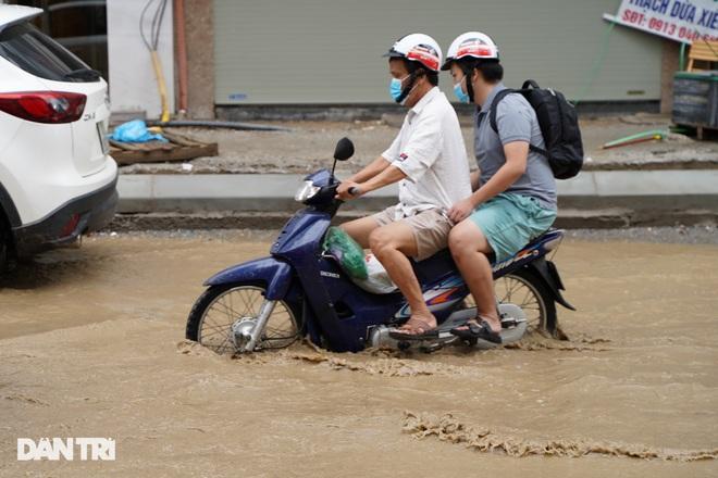 Hà Nội: Mưa lớn nhiều giờ đồng hồ gây ngập úng một số tuyến phố - 3