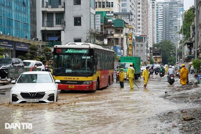 Hà Nội: Mưa lớn nhiều giờ đồng hồ gây ngập úng một số tuyến phố - 5