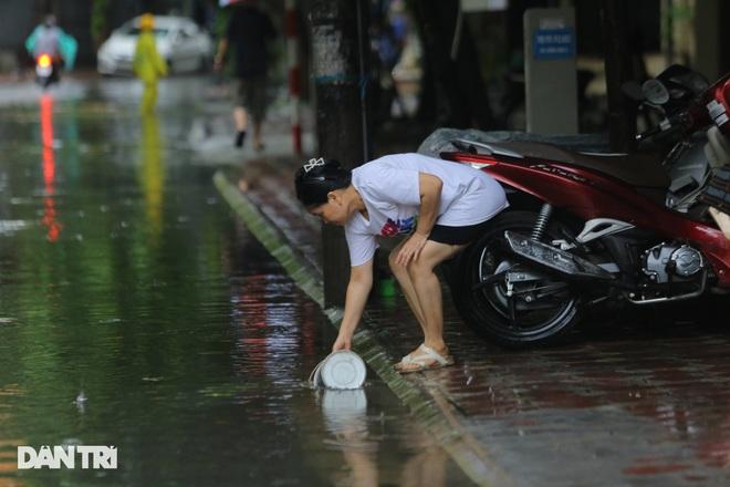 Hà Nội: Mưa lớn nhiều giờ đồng hồ gây ngập úng một số tuyến phố - 13