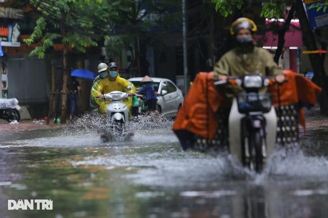 Hà Nội: Mưa lớn nhiều giờ đồng hồ gây ngập úng một số tuyến phố - 10