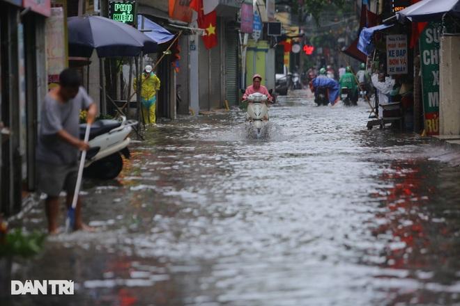 Hà Nội: Mưa lớn nhiều giờ đồng hồ gây ngập úng một số tuyến phố - 9