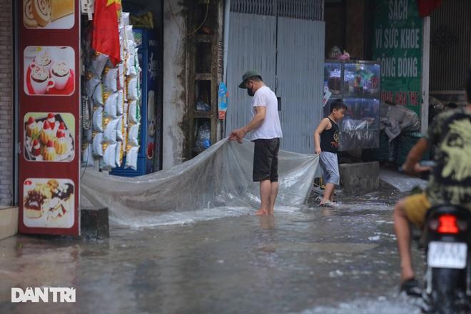 Hà Nội: Mưa lớn nhiều giờ đồng hồ gây ngập úng một số tuyến phố - 12
