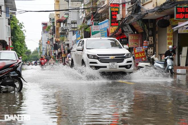 Hà Nội: Mưa lớn nhiều giờ đồng hồ gây ngập úng một số tuyến phố - 7