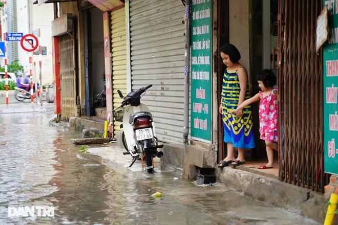 Hà Nội: Mưa lớn nhiều giờ đồng hồ gây ngập úng một số tuyến phố - 8