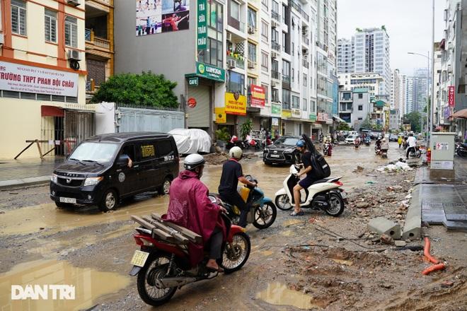 Hà Nội: Mưa lớn nhiều giờ đồng hồ gây ngập úng một số tuyến phố - 1