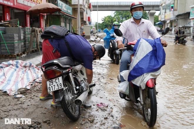 Hà Nội: Mưa lớn nhiều giờ đồng hồ gây ngập úng một số tuyến phố - 4