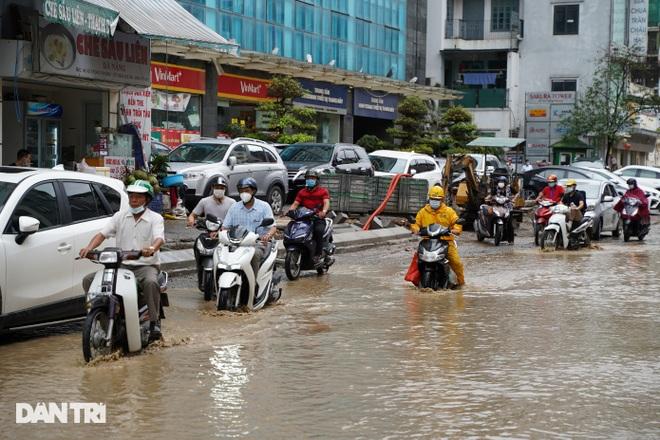 Hà Nội: Mưa lớn nhiều giờ đồng hồ gây ngập úng một số tuyến phố - 2