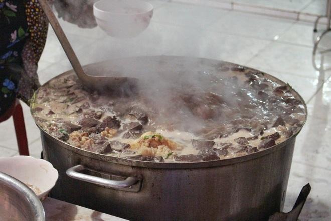 Món cháo nội tạng ăn kèm bún lạ miệng, chỉ bán vài tiếng/ngày ở An Giang - 3