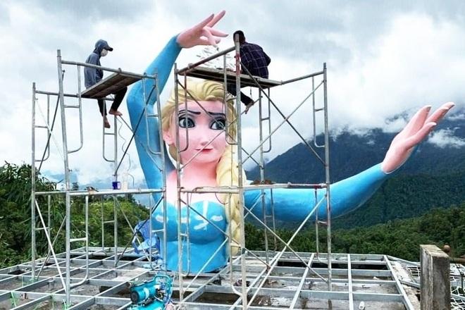 Tháo dỡ tượng Nữ hoàng băng giá ở Sa Pa - 1