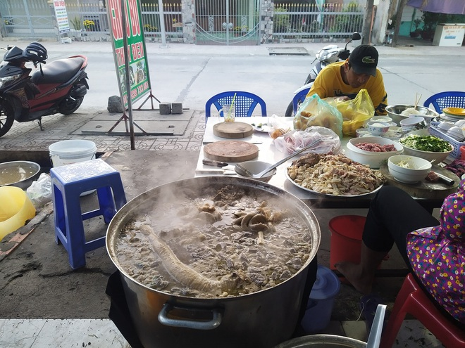 Món cháo nội tạng ăn kèm bún lạ miệng, chỉ bán vài tiếng/ngày ở An Giang - 2