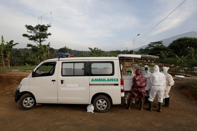 Những tình nguyện viên trong tâm dịch Indonesia - 3