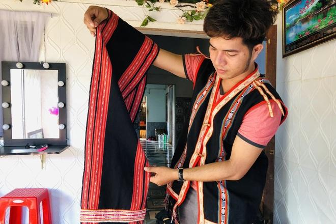 Thầy giáo trẻ giữ lửa nghề dệt thổ cẩm của người Bahnar - 1