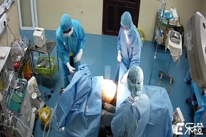 Cần Thơ: Phẫu thuật cứu bệnh nhân bị thủng dạ dày, mắc Covid-19 - 1