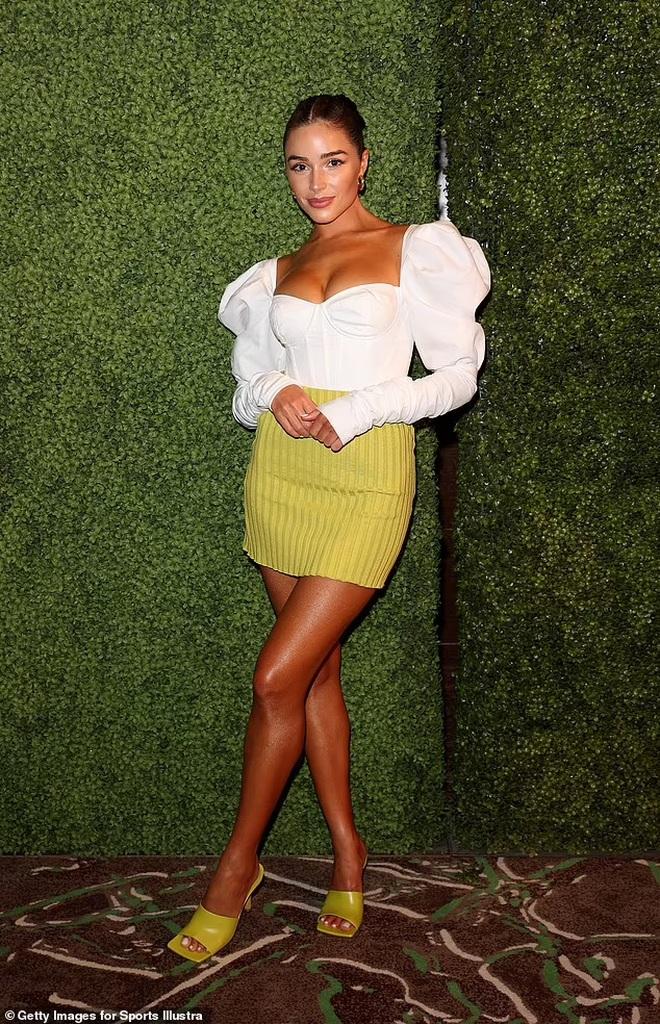 Hoa hậu hoàn vũ mặc bốc lửa trong tiệc của tạp chí áo tắm danh tiếng - 5