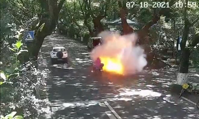 Kinh hoàng hình ảnh xe máy điện chở hai cha con bất ngờ phát nổ và bốc cháy - 1