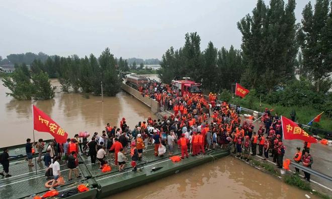 Người dân khốn khổ trong thảm cảnh mưa lũ ở Trung Quốc - 5