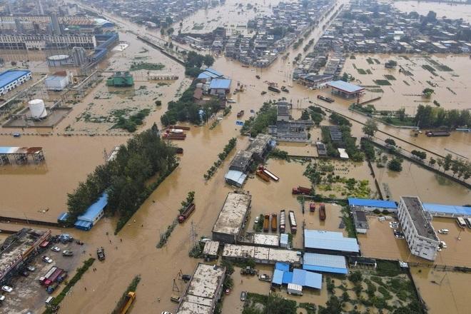 Người dân khốn khổ trong thảm cảnh mưa lũ ở Trung Quốc - 1