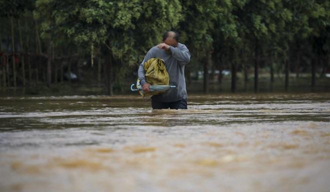 Người dân khốn khổ trong thảm cảnh mưa lũ ở Trung Quốc - 3