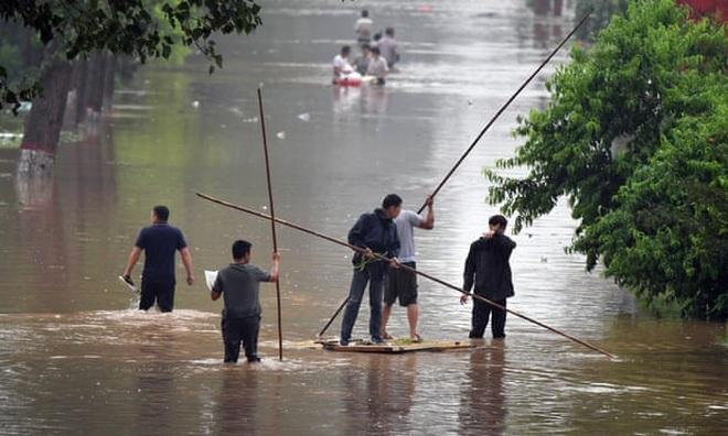 Người dân khốn khổ trong thảm cảnh mưa lũ ở Trung Quốc - 4