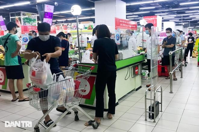 Hình ảnh tại các chợ, siêu thị Hà Nội ngày đầu giãn cách theo Chỉ thị 16  - 13