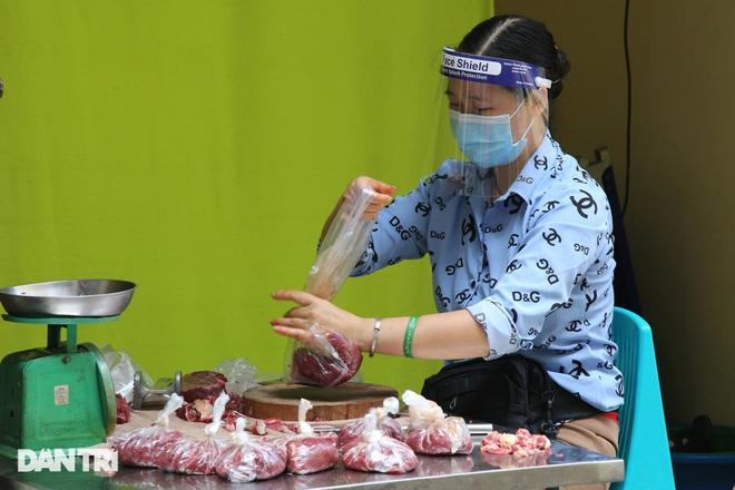 Hình ảnh tại các chợ, siêu thị Hà Nội ngày đầu giãn cách theo Chỉ thị 16  - 9