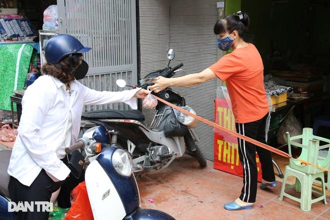 Hình ảnh tại các chợ, siêu thị Hà Nội ngày đầu giãn cách theo Chỉ thị 16  - 10