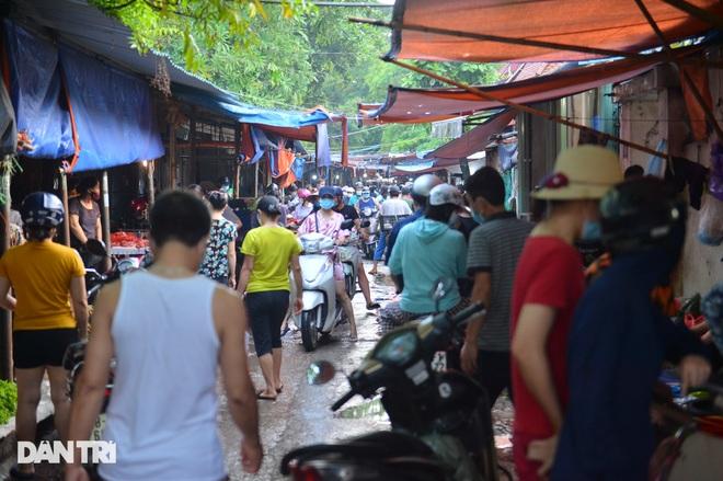 Hình ảnh tại các chợ, siêu thị Hà Nội ngày đầu giãn cách theo Chỉ thị 16  - 7