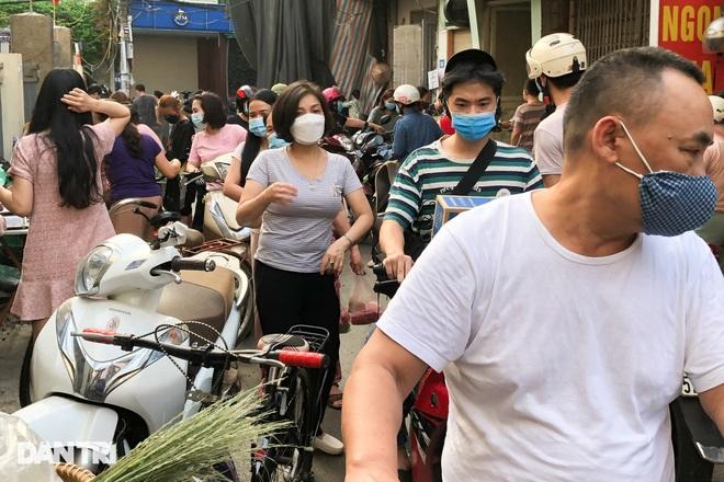 Hình ảnh tại các chợ, siêu thị Hà Nội ngày đầu giãn cách theo Chỉ thị 16  - 5