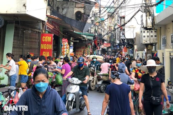Hình ảnh tại các chợ, siêu thị Hà Nội ngày đầu giãn cách theo Chỉ thị 16  - 4