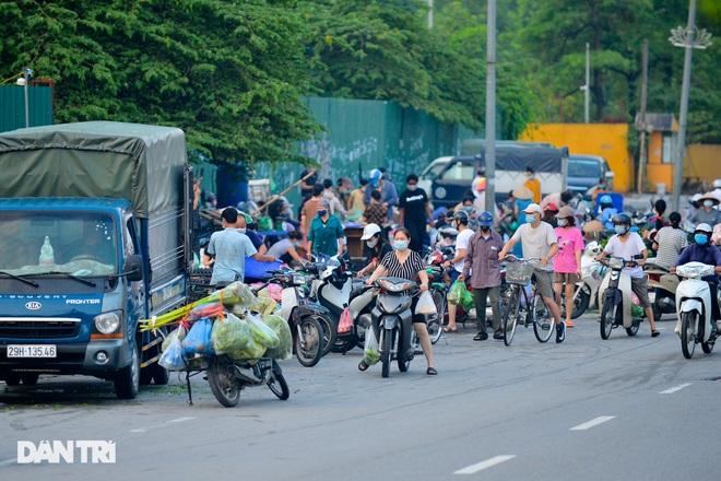 Hình ảnh tại các chợ, siêu thị Hà Nội ngày đầu giãn cách theo Chỉ thị 16  - 8
