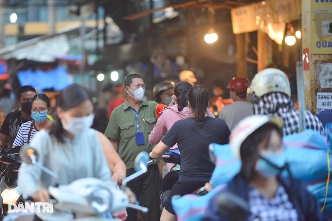 Hình ảnh tại các chợ, siêu thị Hà Nội ngày đầu giãn cách theo Chỉ thị 16  - 6