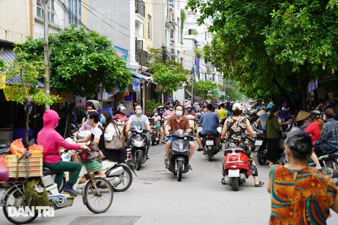 Hình ảnh tại các chợ, siêu thị Hà Nội ngày đầu giãn cách theo Chỉ thị 16  - 1