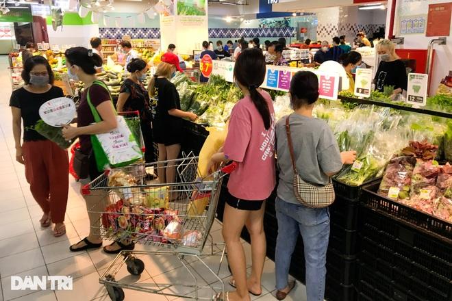 Hình ảnh tại các chợ, siêu thị Hà Nội ngày đầu giãn cách theo Chỉ thị 16  - 11