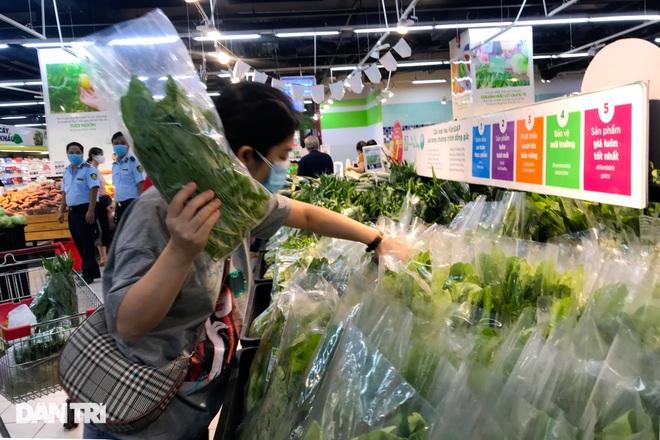 Hình ảnh tại các chợ, siêu thị Hà Nội ngày đầu giãn cách theo Chỉ thị 16  - 12