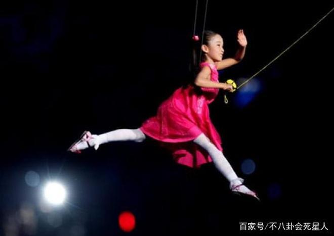 Bé gái thả diều Olympic: Dù vô danh, vẫn mãi ghi nhớ khoảnh khắc đẹp nhất - 1