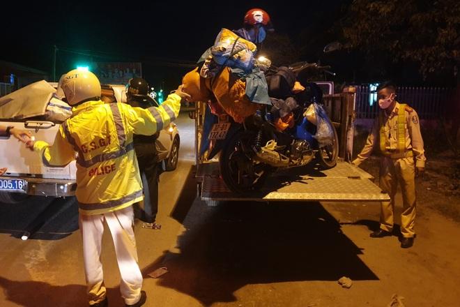 CSGT Đà Nẵng xuyên đêm dẫn đường, hỗ trợ đoàn xe máy từ TPHCM về quê - 2