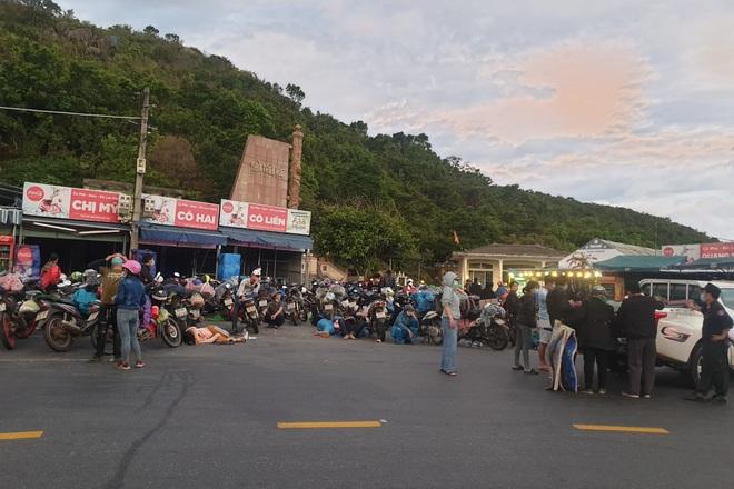 CSGT Đà Nẵng xuyên đêm dẫn đường, hỗ trợ đoàn xe máy từ TPHCM về quê - 3