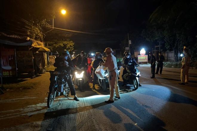 CSGT Đà Nẵng xuyên đêm dẫn đường, hỗ trợ đoàn xe máy từ TPHCM về quê - 1