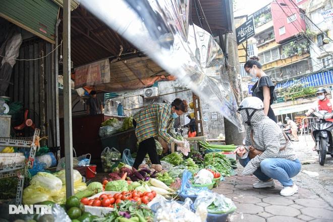 Chợ Hà Nội lắp hàng rào bảo vệ trong suốt phòng dịch Covid-19 - 7
