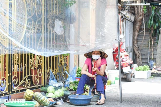 Chợ Hà Nội lắp hàng rào bảo vệ trong suốt phòng dịch Covid-19 - 11