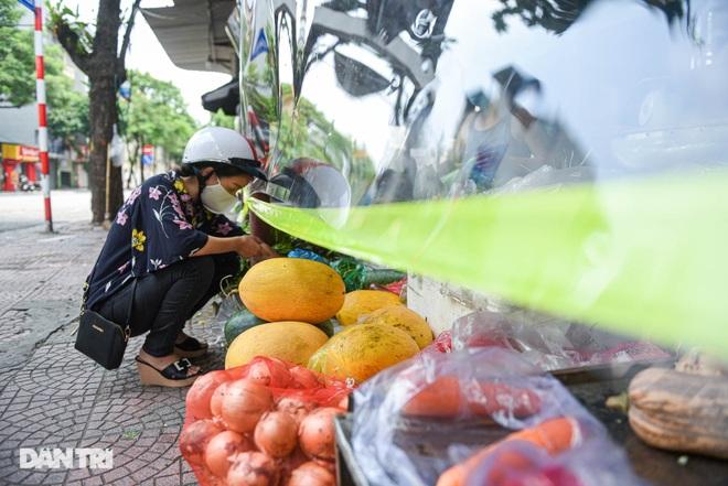 Chợ Hà Nội lắp hàng rào bảo vệ trong suốt phòng dịch Covid-19 - 3