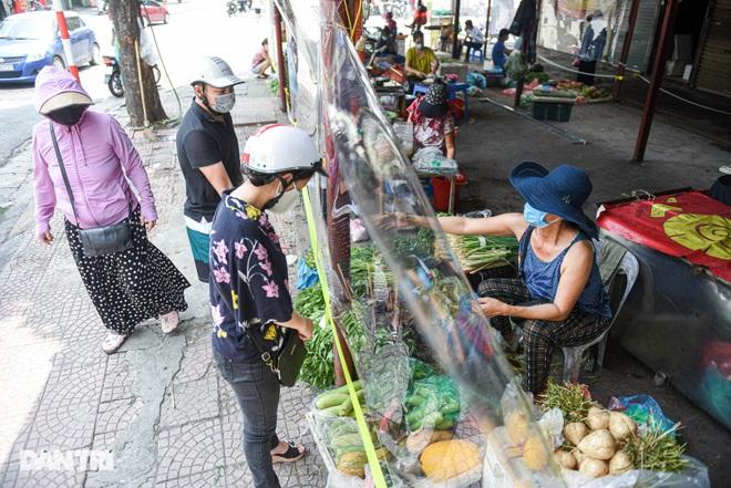 Chợ Hà Nội lắp hàng rào bảo vệ trong suốt phòng dịch Covid-19 - 2