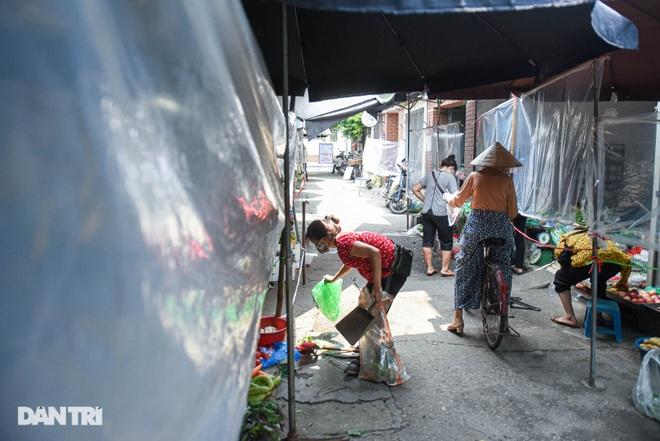 Chợ Hà Nội lắp hàng rào bảo vệ trong suốt phòng dịch Covid-19 - 4