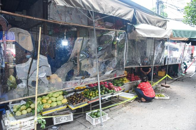 Chợ Hà Nội lắp hàng rào bảo vệ trong suốt phòng dịch Covid-19 - 1