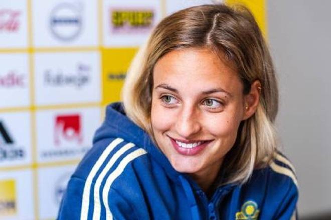 Vẻ đẹp hút hồn của những nữ cầu thủ bóng đá ở Olympic Tokyo - 10