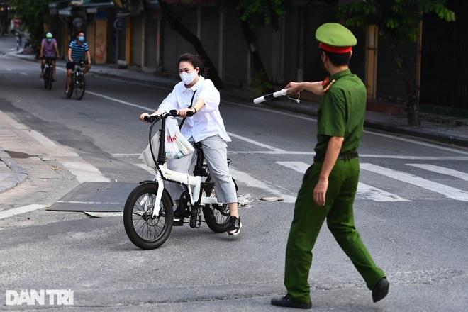 Ngày thứ 2 cách ly xã hội, Hà Nội phạt gần 300 người, truy vết F0 phức tạp - 2