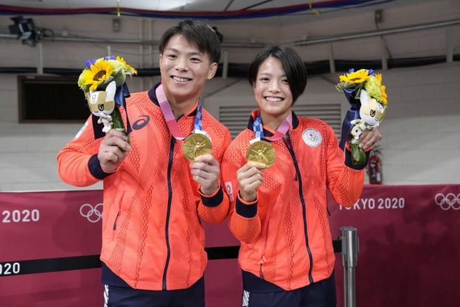 Cặp anh em người Nhật Bản gây sốt khi cùng giành HCV Judo Olympic 2020 - 1