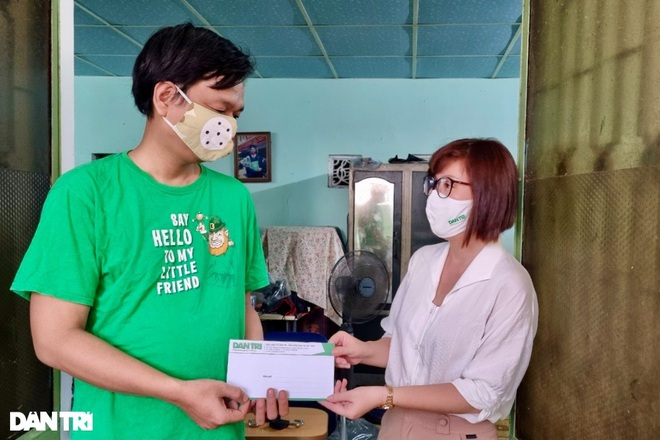 Trao tặng 50 triệu đồng gia đình có công ở miền Trung - Tây Nguyên - 1