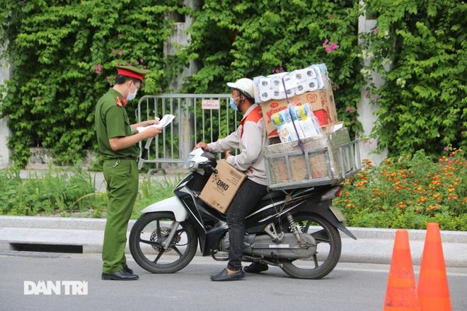 Hà Nội dựng lều dã chiến, kiểm tra giấy đi đường của người dân trong nội đô - 3
